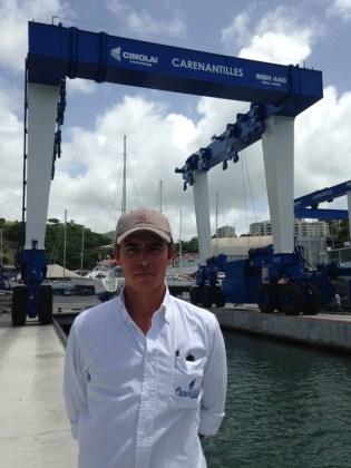 Arthur Lucy de Fossarieu, directeur de Carénantilles, devant le travel-lift de 440 tonnes.