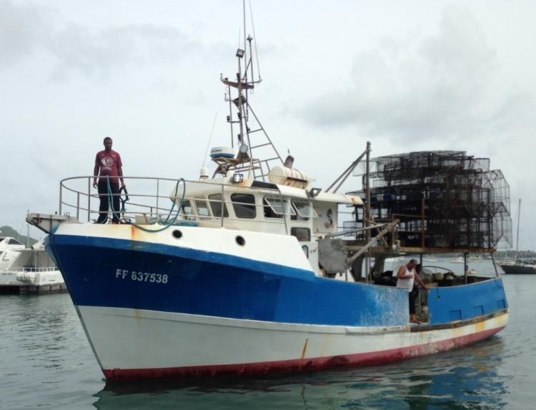 Un caseyeur au Marin. Avec ses nasses à l'arrière, ce navire fait partie de la flotte réellement en activité.